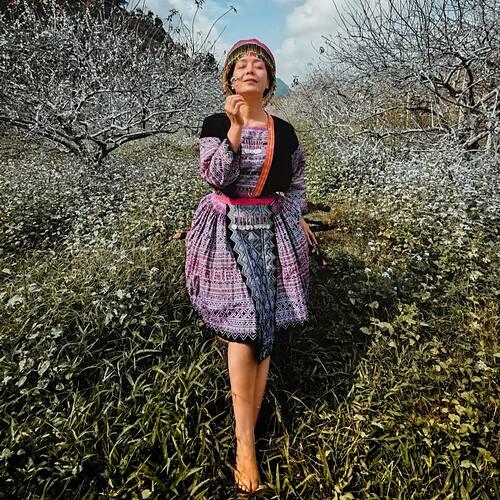Diễn viên Chiều Xuân mê đắm với cảnh đẹp ở Mộc Châu - Sơn La. Ở tuổi 53, cô đam mê với việc chụp ảnh nên thường lên vùng cao để săn ảnh đẹp, hoặc chụp cảnh bình minh, hoàng hôn ở Hà Nội. Nữ diễn viên cho biết điều này cho cô nhiều năng lượng hơn, thấy cuộc sống thú vị và lãng mạn hơn.