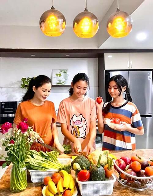 Bà xã MC Quyền Linh và hai con gái vào bếp trổ tài nấu nướng.