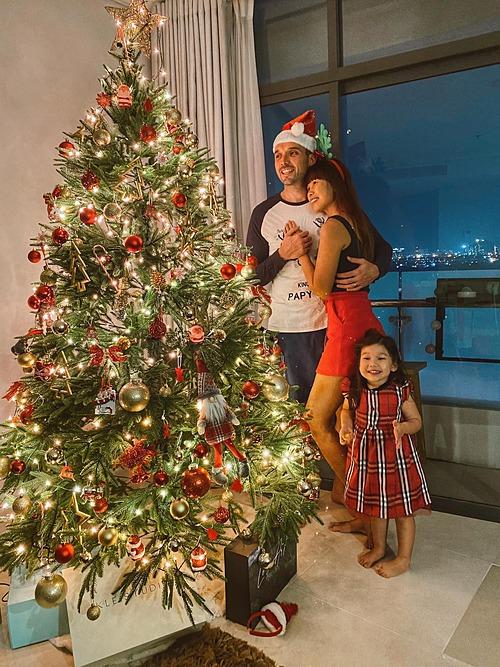 Gia đình siêu mẫu Hà Anh thích thú vì mua được cây thông Noel cao 2,1m.