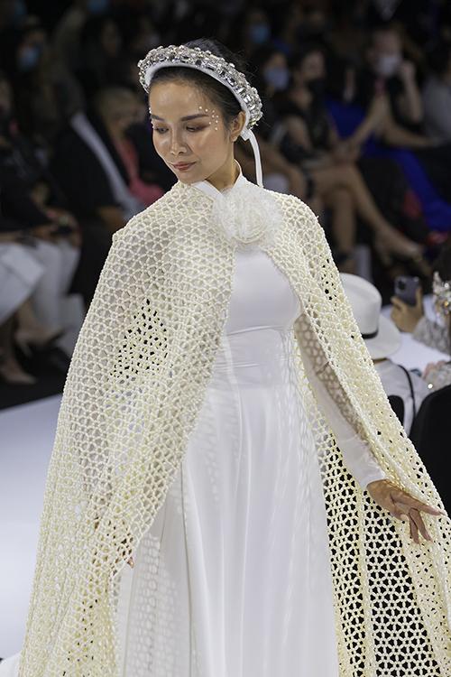 Ngoài hai thiết kế cầu kỳ, Minh Châu còn mang đến các cơn gió lạ cho thời trang áo dài. Anh sử dụng áo choàng lưới để biến chiếc áo dài trắng truyền thống thêm bắt mắt và tạo vẻ quyền uy cho người diện.