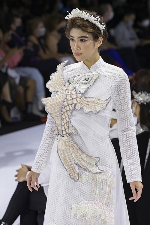 Áo dài cá chép cũng là một thiết kế ấn tượng trong bộ sưu tập lần này. Từng chi tiết vảy, vây cá sống động như thật. Bộ ảnh được thực hiện bởi ảnh: Team Kieng Can - Dai Ngo, trang phục: Áo dài Minh Châu.
