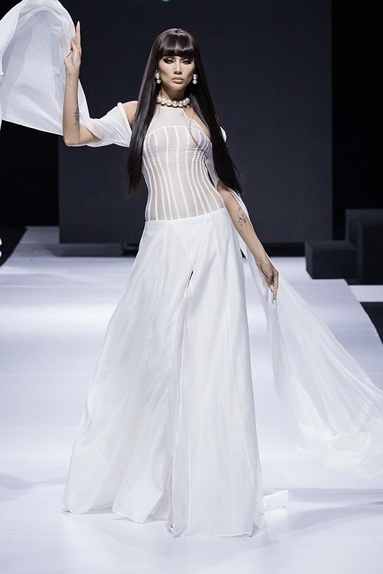 Siêu mẫu Võ Hoàng Yến diện bộ đầm trắng tinh khiết, đại diện vẻ đẹp mong mai của phụ nữ.