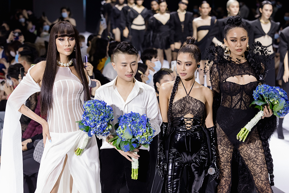 Nhà thiết kế Long Ng (thứ hai từ trái sang) cùng Võ Hoàng Yến, ca sĩ Hà Nhi, Mâu Thuỷ chào kết khán giả.