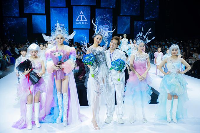 Siêu mẫu Thanh Hằng (đứng giữa) cùng nhà thiết kế và các người mẫu trong màn chào kết.