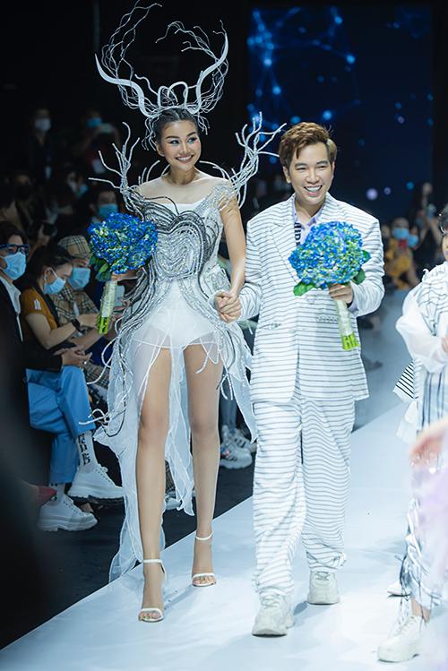 Nhà thiết kế Ivan Trần (suit) và siêu mẫu Thanh Hằng.