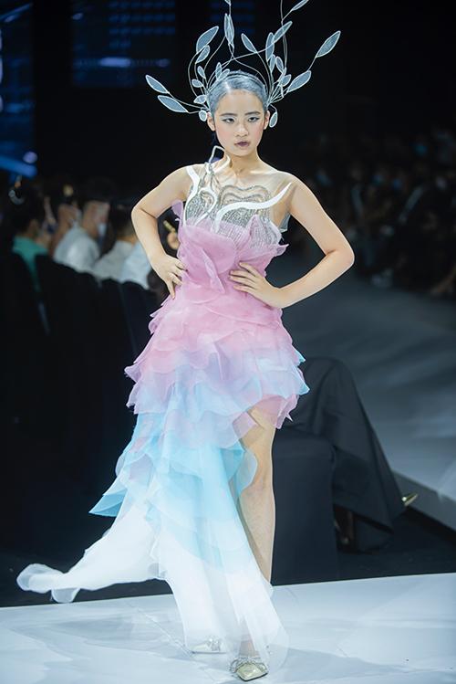 Các trang phục được lấy cảm hứng từ vẻ đẹp của những áng mây. Theo nhà thiết kế, bộ sưu tập mang hơi hướng tương tai.