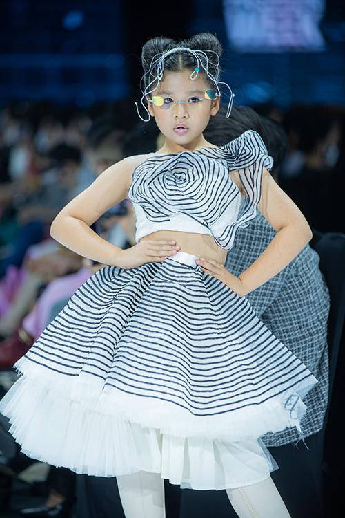 Cùng với dàn mẫu người lớn, phần trình diễn của các mẫu nhí chuyên nghiệp luôn tạo nên sự ấn tượng cho show diễn của nhà mốt trẻ qua nhiều mùa Fashion Week.