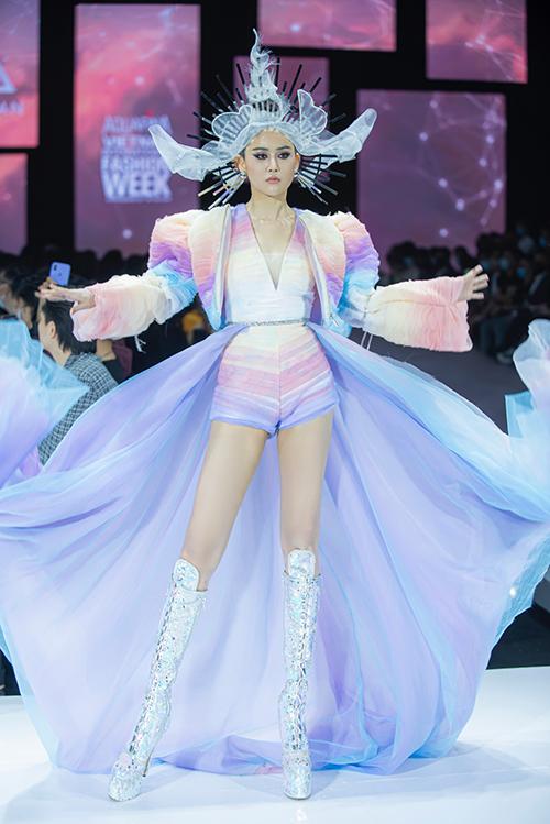 Tạo hình của người mẫu cũng được nhà mốt chăm chút từ khâu chọn tông màu nâu lạnh đến những kiểu tóc phù hợp với từng khuôn mặt.