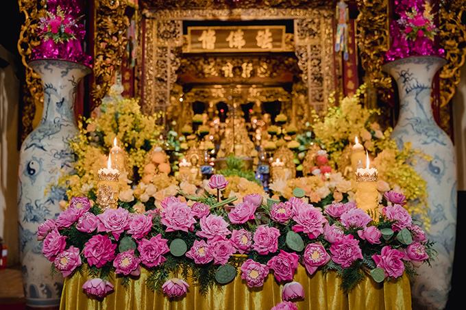 Cô dâu Thùy Linh yêu những nét đẹp Á đông, đặc biệt là đóa sen - quốc hoa của Việt Nam. Chính vì lẽ đó, ekip wedding planner đã chọn hoa sen Quan Âm với hai màu chủ đạo trắng hồng để trang trí xuyên suốt trong từng chi tiết của hôn lễ.