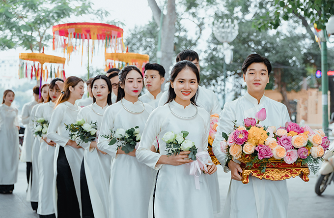Hai bên gia đình đều là những phật tử có tâm với Phật pháp, do đó toàn bộ không gian chùa được biện lễ, trang hoàng vô cùng trang nghiêm và ấm cúng. Những mâm lễ ý nghĩa được đoàn nam thanh nữ tú cùng gia đình rước vào chùa dâng lên tam bảo và Chư Tôn Đức dưới sự chứng kiến của hơn hai trăm khách mời như một sự cầu toàn mà cô dâu và chú rể chuẩn bị sẵn sàng cho con đường xây dựng hạnh phúc