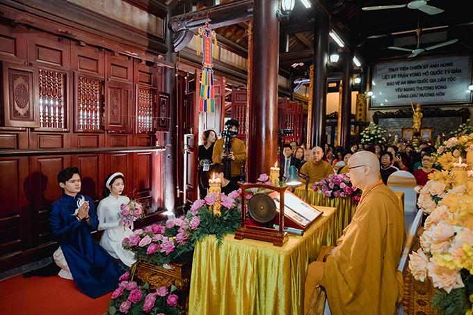 Cô dâu chú rể được đích thân hòa thượng Thích Thanh Nhã - Ủy viên hội đồng trị sự Giáo Hội Phật Giáo Việt Nam - Trụ trì chùa Trấn Quốc tác phúc và giảng giải về bổn phận, trách nhiệm vợ chồng.