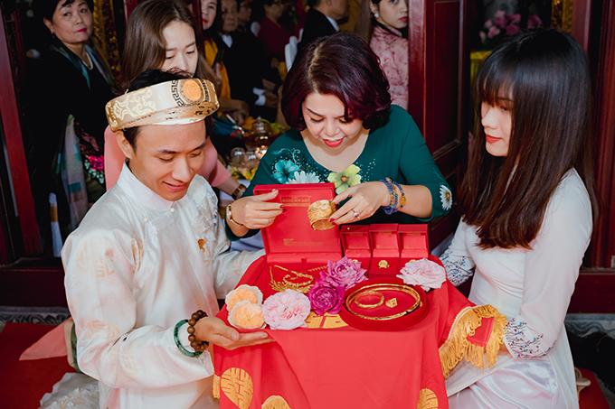 Anh Hoàng Khánh (ngoài cùng bên trái) đại diện wedding planner là một người có tâm với Phật pháp gieo duyên để chuẩn bị mọi nghi lễ vừa đủ đầy vừa đúng lề lối truyền thống.
