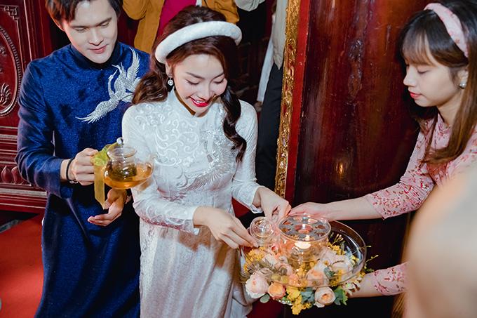 Ngoài việc thực hiện nghi thức thông thường như: trao nhẫn cưới - dâng trà tứ thân phụ mẫu, Quang Đức và Thùy Linh còn được hòa thượng truyền lửa để thực hiện nghi thức Khai đăng (Thắp nến).