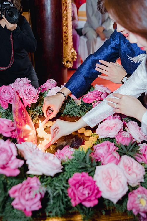 Cô dâu chú rể để xin ánh sáng Từ Quang của Đức Phật và trí tuệ của Ngài để vun đắp cuộc sống vợ chồng hạnh phúc.