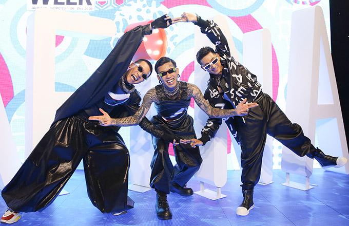 Rapper Dế Choắt (giữa) - quán quân Rap Việt 2020 - và Lăng LD (ngoài cùng bên phải) cũng tham gia trình diễn cùng Wowy ở đêm thứ hai sự kiện Vietnam International Fashion Week 2020.