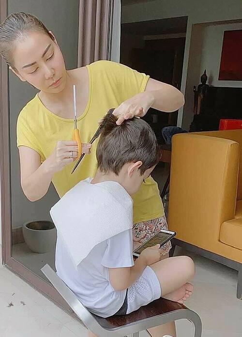 Ca sĩ Thu Minh tự tay cắt tóc cho con trai khi ở nhà tránh dịch.