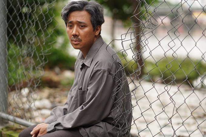 Trấn Thành tiếp tục vào vai bố già - một người đàn ông trung niên khắc khổ nhưng tử tế.