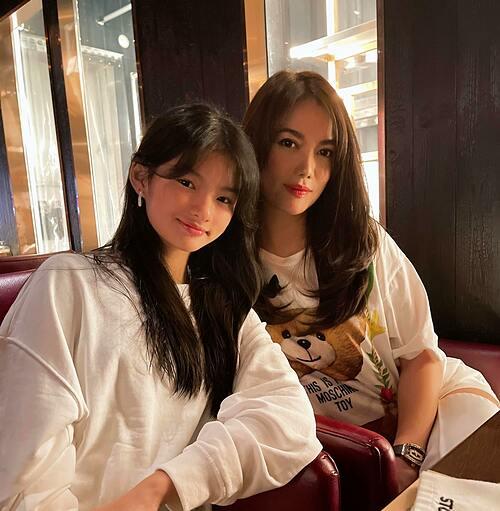 Diễn viên Trương Ngọc Ánh và con gái khoe tóc mới.