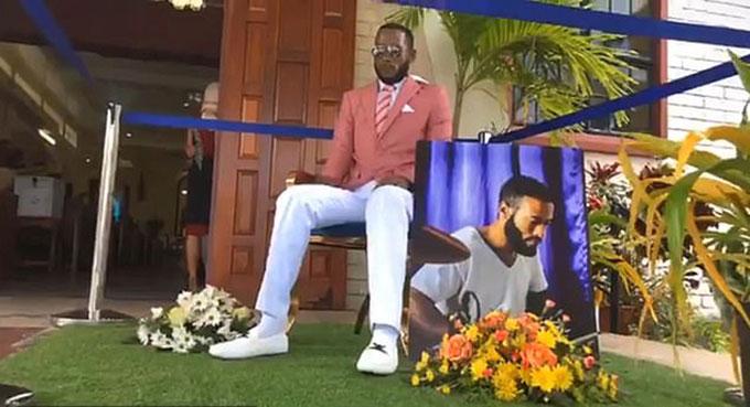 Thi thể của Che (29 tuổi) ngồi bên ngoài nhà thờ, nơi tổ chức đám tang của chính anh này, ở Trinidad & Tobago hôm 25/11. Ảnh: FB.