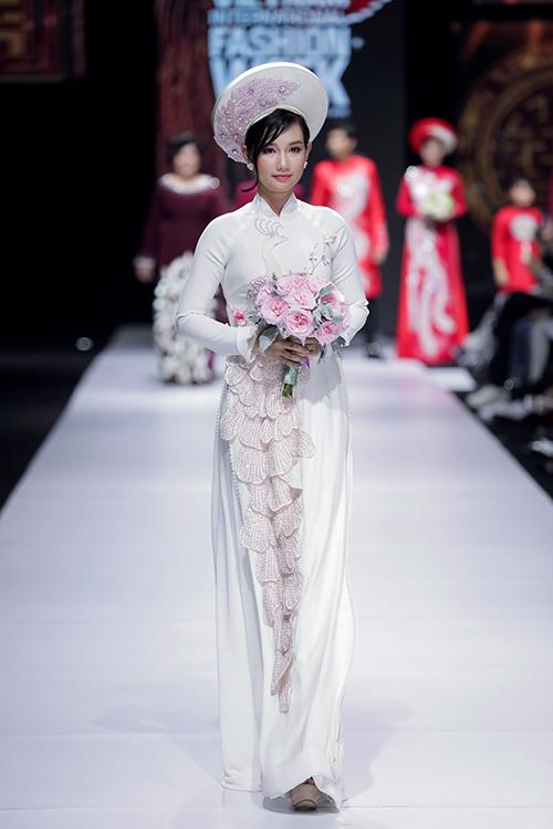 Áo dài có hoạ tiết chim công sắc nét, giúp người diện nổi bật trong ngày cưới.