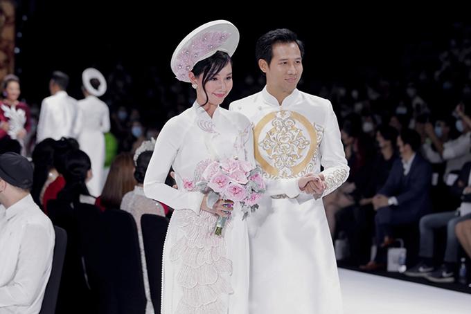 Quỳnh Chi - Thanh Thức hóa thành cặp uyên ương, gợi ý về cặp áo dài truyền thống mang sắc trắng.