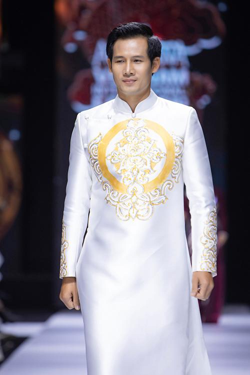 Áo dài hoạ tiết cung đình là gợi ý cho chú rể khi sánh đôi bên cô dâu. Bộ ảnh được thực hiện bởi trang phục: áo dài Minh Châu, ảnh: team Kieng Can - Dai Ngo.