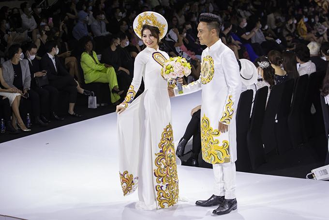 Kha Ly - Thanh Duy diện áo dài truyền thống hoạ tiết cung đình. Mẫu áo này có hoạ tiết tương đồng, thể hiện sự gắn bó của uyên ương.