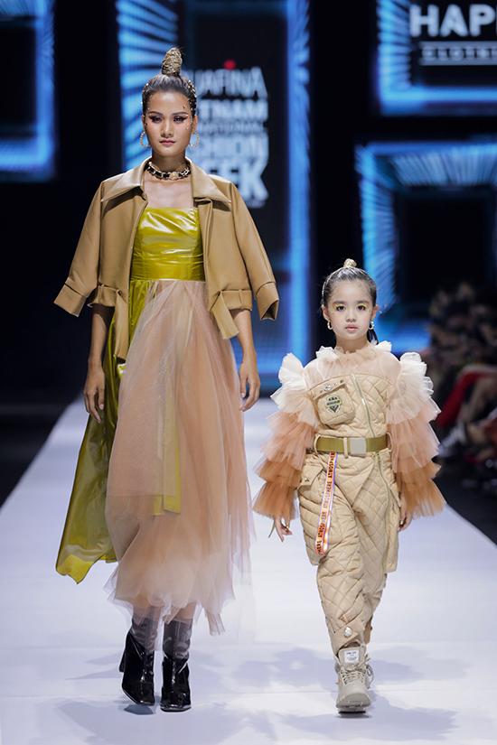 Bộ sưu tập Im happy là sự kết hợp từ vẻ mạnh mẽ của phong cách quân đội và vẻ ngọt ngào của những chiếc đầm công chúa. Các chất liệu được nhà thiết kế sử dụng là phao chần, kaki, voan tơ lưới, organza và metalic...