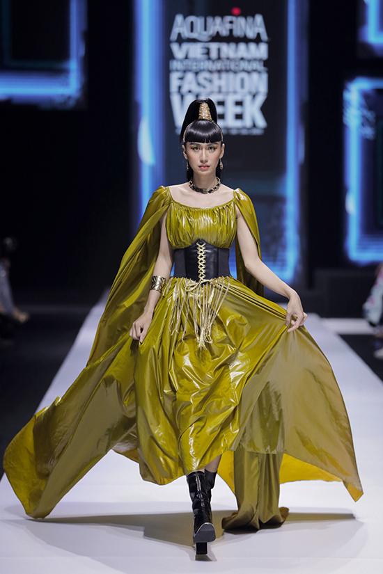 Trước đó, ca sĩ Lynk Lee mở màn show diễn với bộ váy thướt tha. Đây là lần thứ hai cô làm mẫu trong show của NTK Thảo Nguyễn.