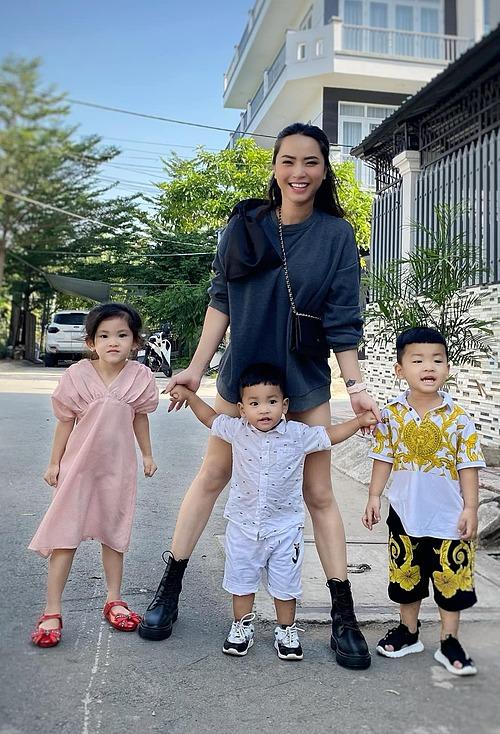 Chia sẻ về hình ảnh bên ba con, ca sĩ Hải Băng cho biết: Ở nhà chống dịch, diện đồ đẹp ra ngõ chụp hình xong về đi ngủ.