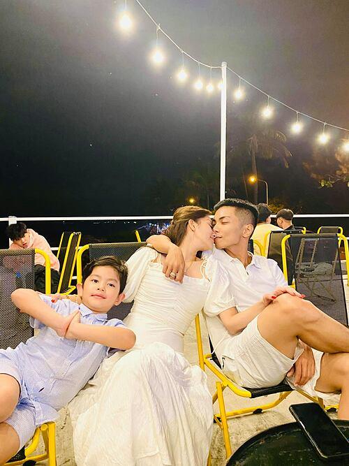 Kubi tạo dáng vui nhộn, trong khi bố mẹ Khánh Thi - Phan Hiển tình tứ.