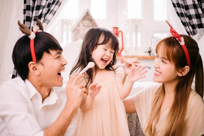 Không khí Giáng sinh đến gần trong gia đình Tú Vi - Văn Anh.