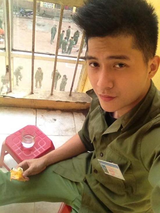 Lâm Bảo Châu thời điểm năm 2014 khi học quân sự bắt đầu có sự thay đổi về gương mặt, trông anh cá tính hơn.