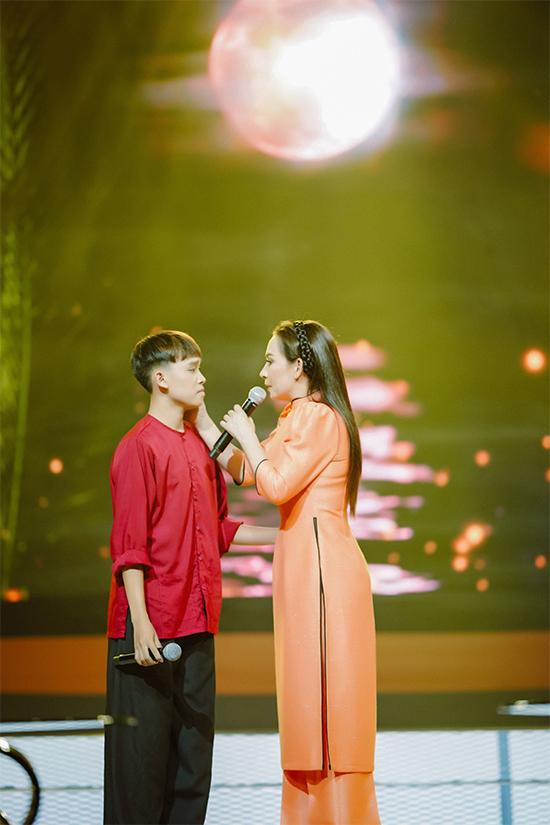 Trong chương trình Ký ức ngọt ngào phát sóng tối 6/12, Phi Nhung và Hồ Văn Cường hòa giọng trong ca khúc Bỏ quê. Vietnam Idol Kids 2016 ngày càng chững chạc, không chỉ ở ngoại hình mà còn giọng hát. Sau thời gian gặp khó khăn vì vỡ giọng ở tuổi dậy thì, Hồ Văn Cường hiện đã tự tin hơn rất nhiều.