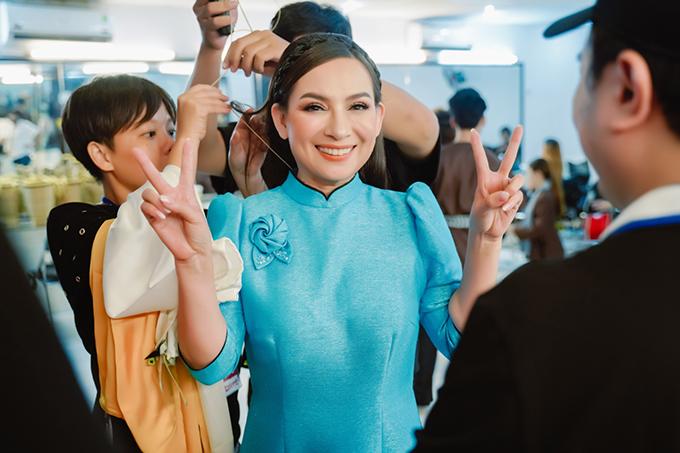 Nữ ca sĩ được nhiều người hỗ trợ, chăm chút tỉ mỉ ở hậu trường. Bận rộn với việc chạy show, điều hành quán ăn chay và chăm sóc cho hàng chục người con nuôi nhưng Phi Nhung lúc nào cũng nhí nhảnh, rạng rỡ.