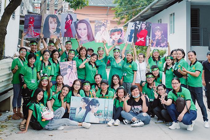 Trong lúc Phi Nhung trang điểm, hàng chục người hâm mộ của thuộc nhiều độ tuổi khác nhau đã chuẩn bị sẵn nhiều bức hình để cổ vũ nữ ca sĩ.