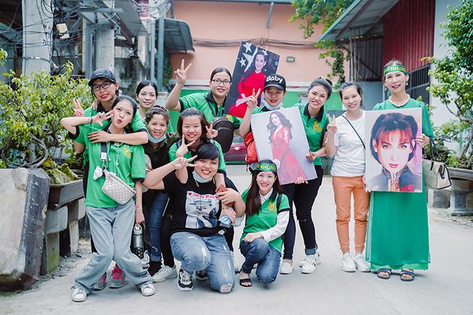 Nhiều người không ngại đường xá xa xôi để có mặt ủng hộ Phi Nhung. Trong số fan của nữ ca sĩ, có người bắt xe từ các tỉnh miền Tây lên TP HCM và cũng có người bay từ Hà Nội vào.