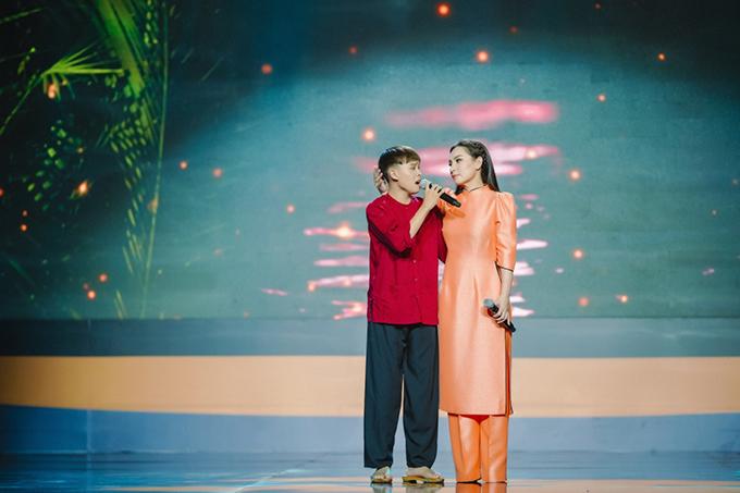 Ở tuổi 17, Hồ Văn Cường đã cao bằng mẹ Phi Nhung. Cậu vẫn chọn dòng nhạc dân gian để theo đuổi lâu dài. Phi Nhung chia sẻ, cô chỉ cho các con nuôi đi diễn vào cuối tuần để có thời gian tập trung cho việc học. Nữ ca sĩ rất nghiêm khắc, thường la rầy Hồ Văn Cường nếu cậu hát sai nhịp, đi học trễ hoặc bị giáo viên nhắc nhở.