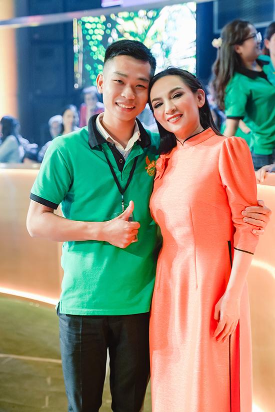 Nhiều fan có mặt từ 7h sáng đến tận 11h đêm, khi Phi Nhung ghi hình xong, mới chịu về.