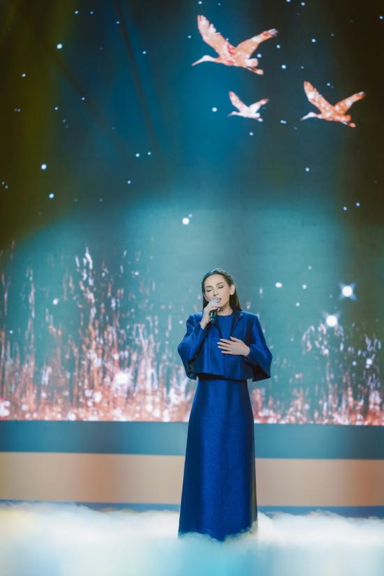 Bên cạnh màn song ca với Đỗ Văn Cường, Phi Nhung còn thể hiện ca khúc Con cò trắng với chất giọng ngọt ngào, sâu lắng đã thành thương hiệu.