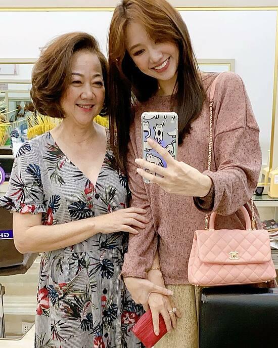 Đáp lại tình cảm của mẹ chồng, Hari Won luôn cố gắng dành thời gian rảnh rỗi bên bà. Hai mẹ con thường đi mua sắm, làm đẹp. Thậm chí, Hari thỉnh thoảng xưng hô chị - em với mẹ chồng, càng khẳng định mối quan hệ của hai vô cùng khắng khít.