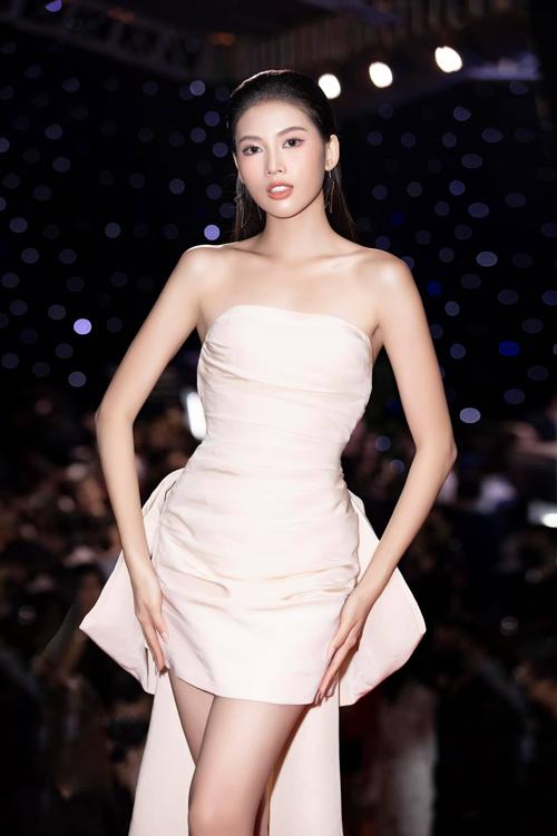 Diện đầm cúp ngực dáng ngắn, á hậu Ngọc Thảo tôn được vóc dáng mảnh mai và bờ vai thon gọn.