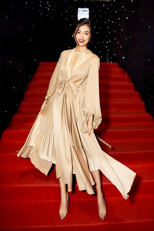 Trong loạt thiết kế mới của Adrian Anh Tuấn ở bộ sưu tập Ả đào phố thị, Lệ Hằng khéo chọn váy cổ yếm sử dụng đồng điệu cùng áo lụa tôn màu trang nhã.