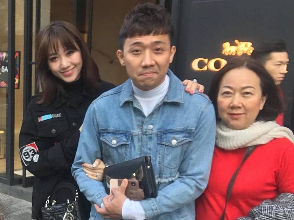 Những chuyến du lịch của vợ chồng Hari Won đều có sự tham gia của bà Hạnh Dung. Là người con hiếu thảo, họ mong bố mẹ có thể tận hưởng cuộc sống, an hưởng tuổi già.