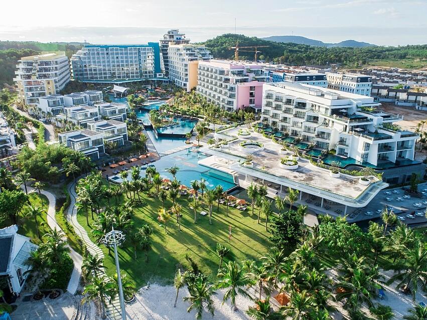 Khu nghỉ dưỡng Premier Residences Phu Quoc Emerald Bay có thiết kế hiện đại, sang trọng.
