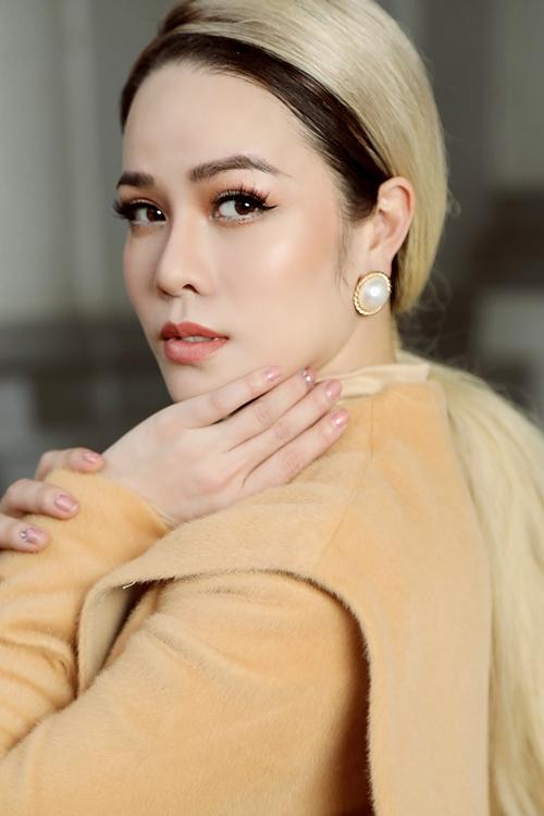 Nhật Kim Anh tranh thủ thực hiện bộ ảnh cùng stylist thân thiết chỉ ít ngày trước khi cô bước vào vai chính trong phim Lưới trời kéo dài vài tháng tại nhiều tỉnh miền Tây.