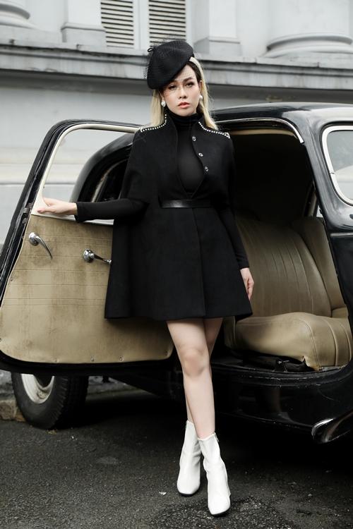 Trong bộ ảnh, Nhật Kim Anh khoe vẻ đẹp quý phái và cổ điển với hình ảnh được lấy cảm hứng từ nữ công tước Wallis Simpson (1896 - 1986) của xứ Windsor, Anh quốc). Nữ diễn viên phim Tiếng sét trong mưa làm mới hình ảnh với màu tóc và phong cách trang điểm khác biệt ngày thường.