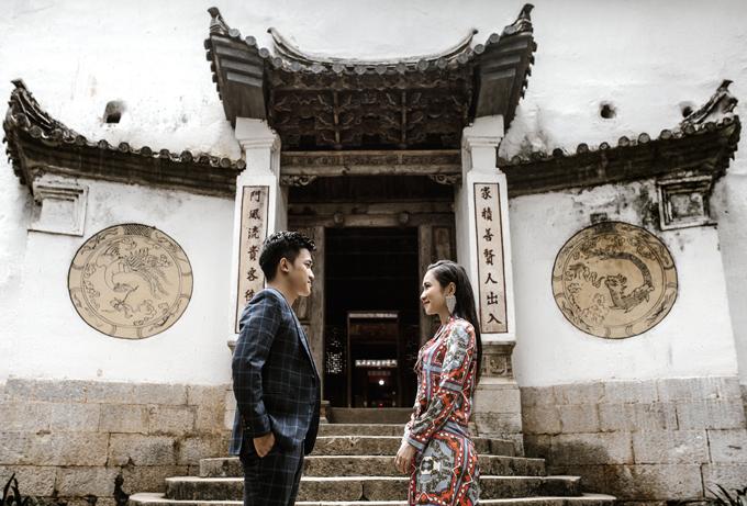Nhân vật chính của bộ ảnh chu du khắp Việt Nam là cô dâu Vũ Thị Quỳnh Hoa (29 tuổi, biệt danh: Thắm, điều hành trường mầm non quốc tế) và chú rể Nguyễn Minh Hoàng Anh (27 tuổi, biệt danh: Tí, là CEO khu resort, nhà đầu tư bất động sản). Cặp vợ chồng đã có màn cầu hôn vào ngày 10/7 - sinh nhật cô dâu và đăng ký kết hôn đúng sinh nhật chú rể 21/9, đã tổ chức 4 đám cưới.