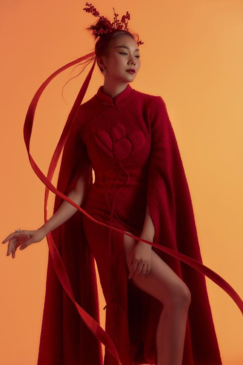 Các bộ trang phục mang sắc đỏ khác nhau được NTK chọn lựa kỹ lưỡng mang tinh thần lễ hội trong những ngày cuối năm, cận kề bước sang thềm Xuân mới.