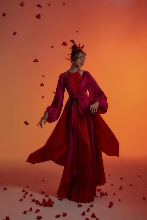 Thanh Hằng khoác lên những bộ trang phục trong các sắc đỏ trên nhiều nền chất liệu cao cấp, trên đầu cài những nhánh đào đông tươi rực rỡ thay cho những chiếc trâm truyền thống.
